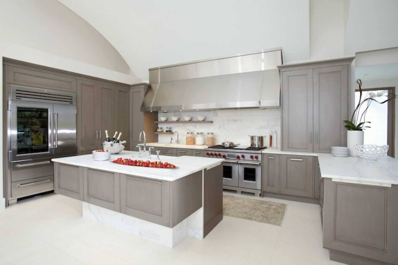 White kitchen cabinets with grey countertops for Grey and white kitchen cabinets