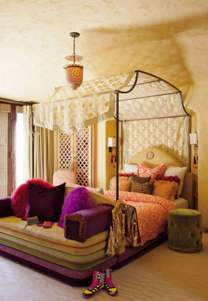 Stunning view of various exotic canopy bed designs for Wooden bed designs pictures interior design