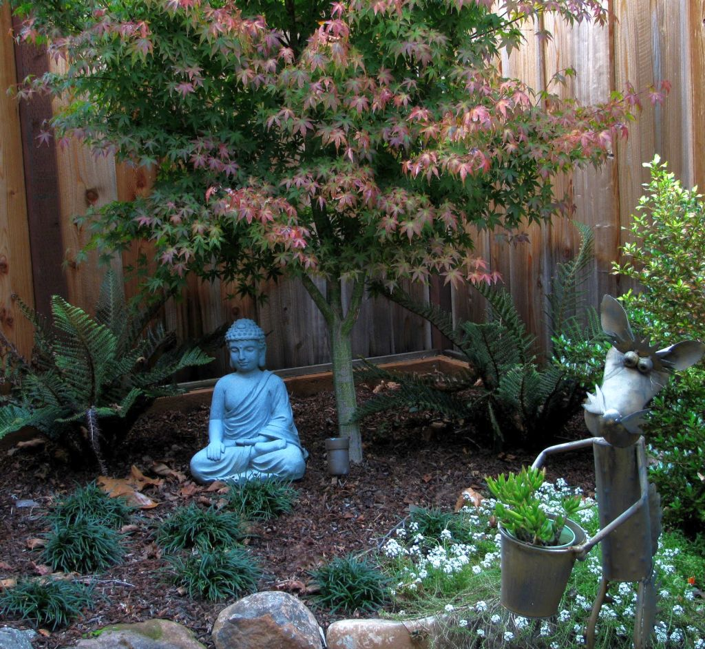 Buddha statue japanese garden designs for small spaces for Japanese garden designs for small gardens