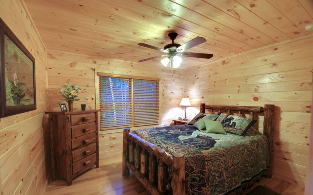 Cabin bedroom decorating ideas for small space for Small log cabin interior design ideas