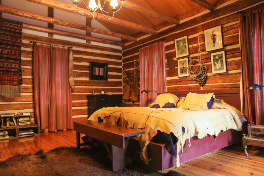 Cabin bedroom decorating ideas with dark wood cabin for Cabin bedroom designs