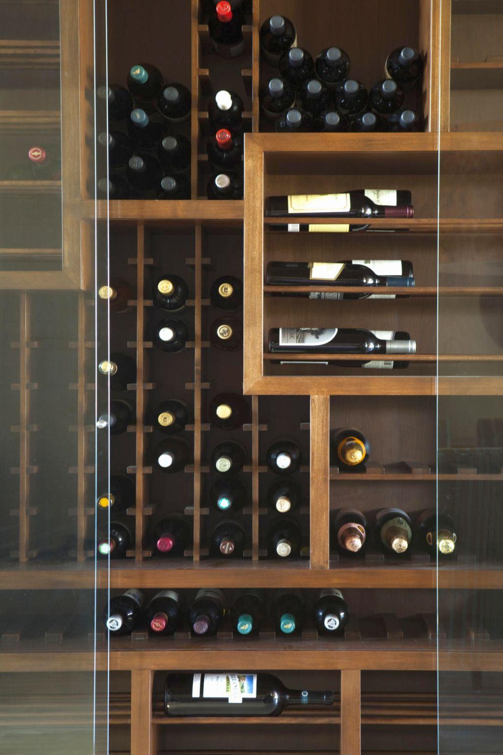 19 sleek contemporary wine cabinets to enhance your interior for Diseno de muebles para licores
