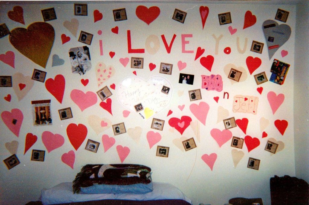Easy wall bedroom decoration for valentines day for Bed decoration for valentine
