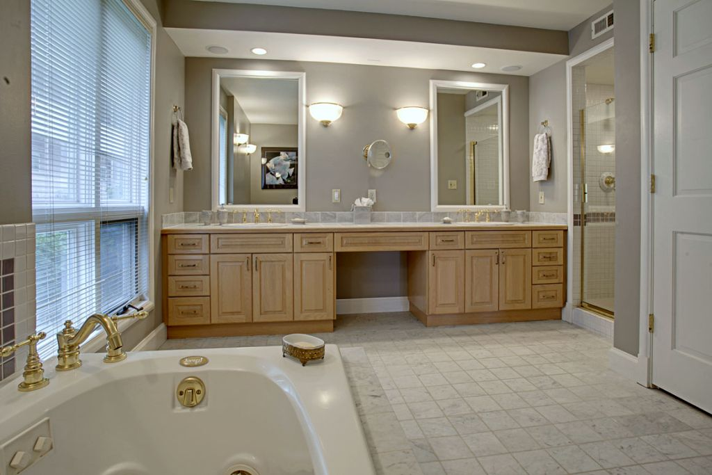 Elegant master bathroom lighting ideas for Elegant master bathroom ideas