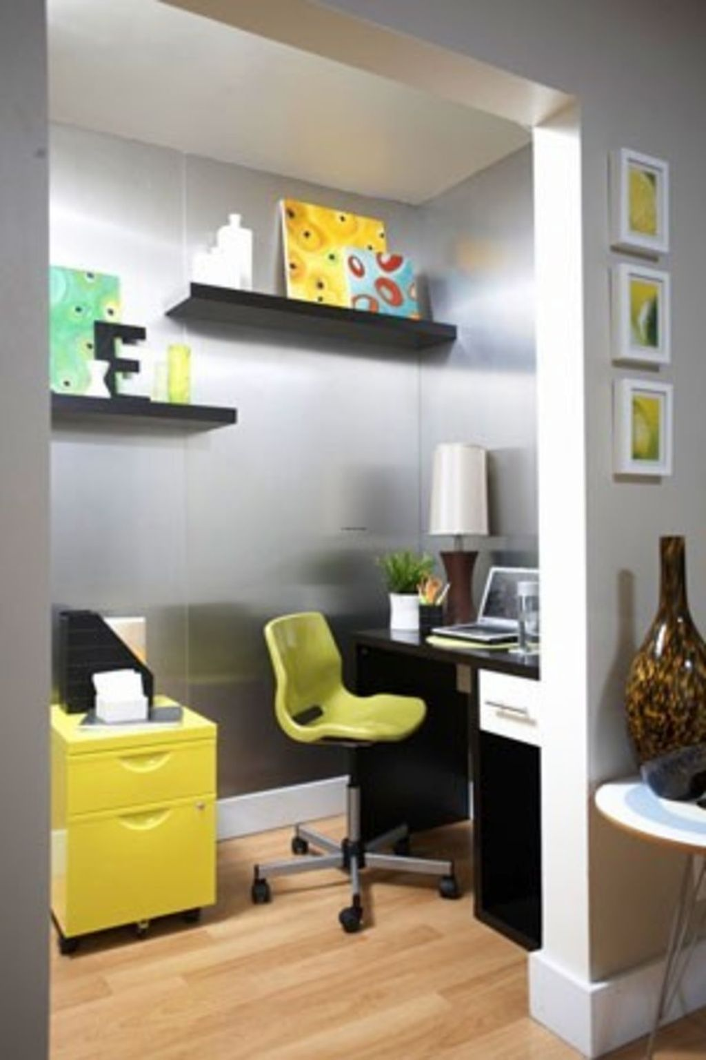 Home office design ideas for small spaces with small chair and floating shelves - Design home office space easily ...
