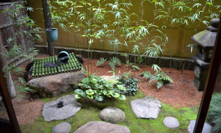 17 peaceful green japanese style backyards for Japanese garden small yard