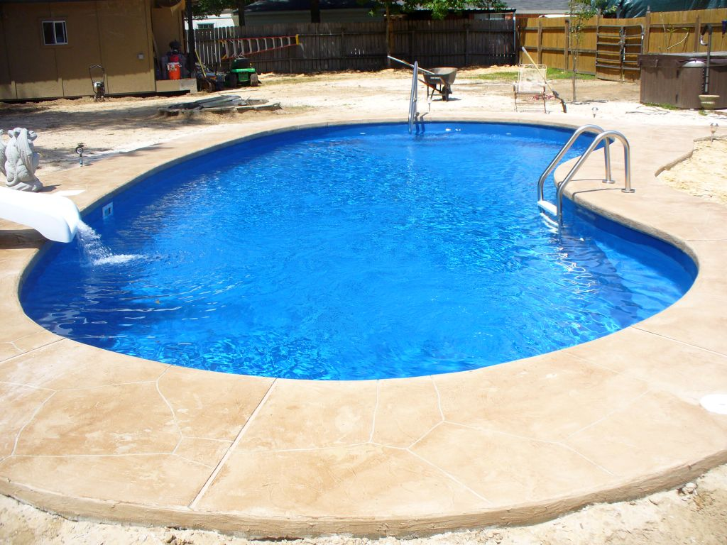 Kidney shaped swimming pools for small back yard for Small swimming pools