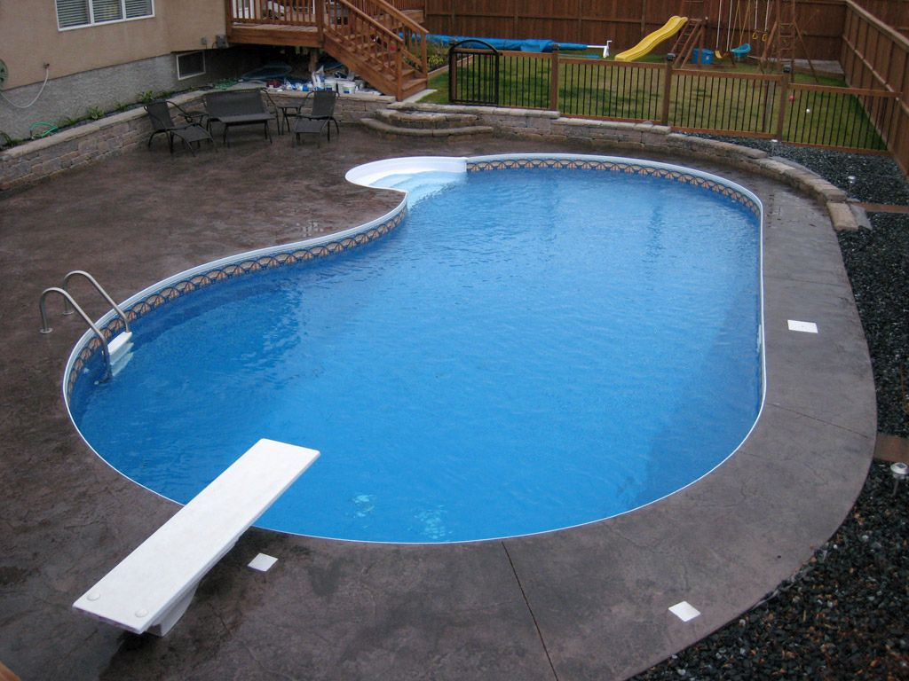 Kidney shaped swimming pools with flat bed for Swimming pool bed