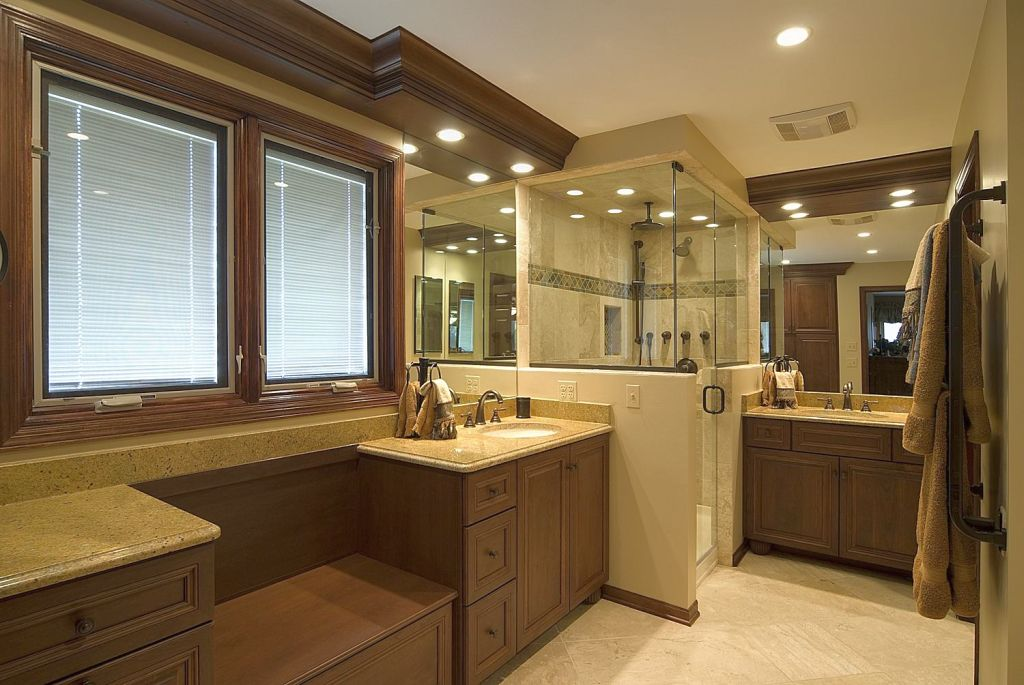 18 stunning master bathroom lighting ideas for Master bathroom ideas 2015