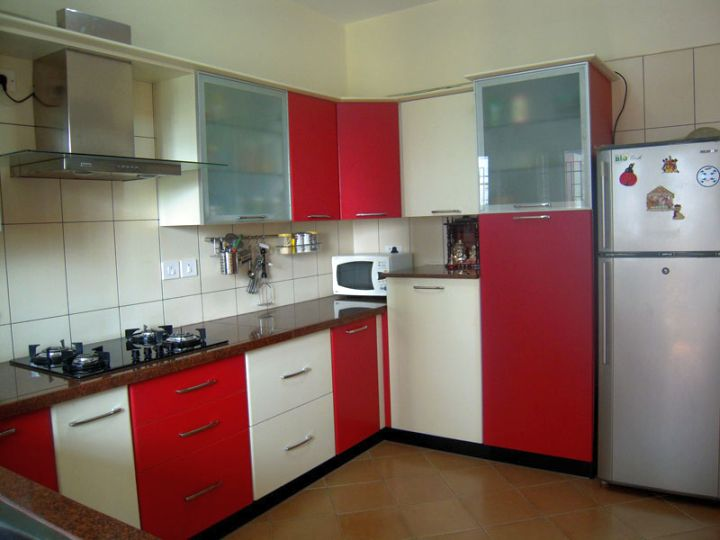 Modular kitchen designs in simple red and white for Kichan ki dizain