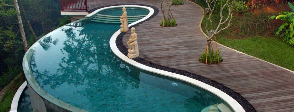 Overflow kidney shaped swimming pools with wooden pathway - Kidney shaped above ground swimming pools ...