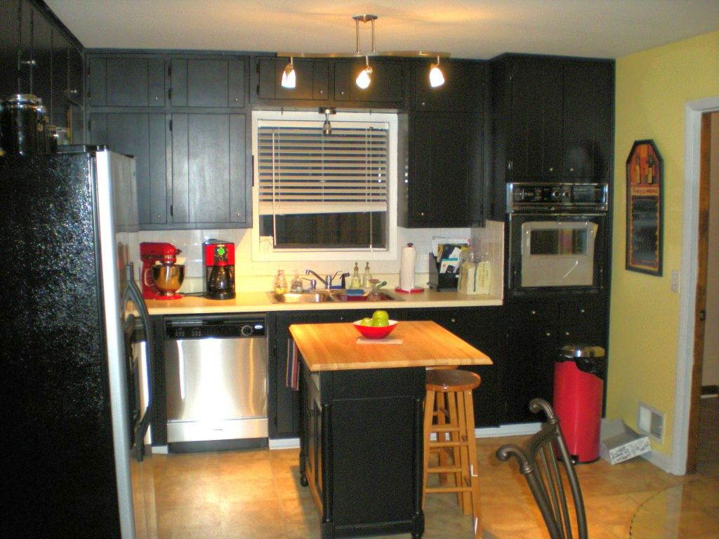 Popular paint colors for kitchen in monochrome for Great kitchen paint colors