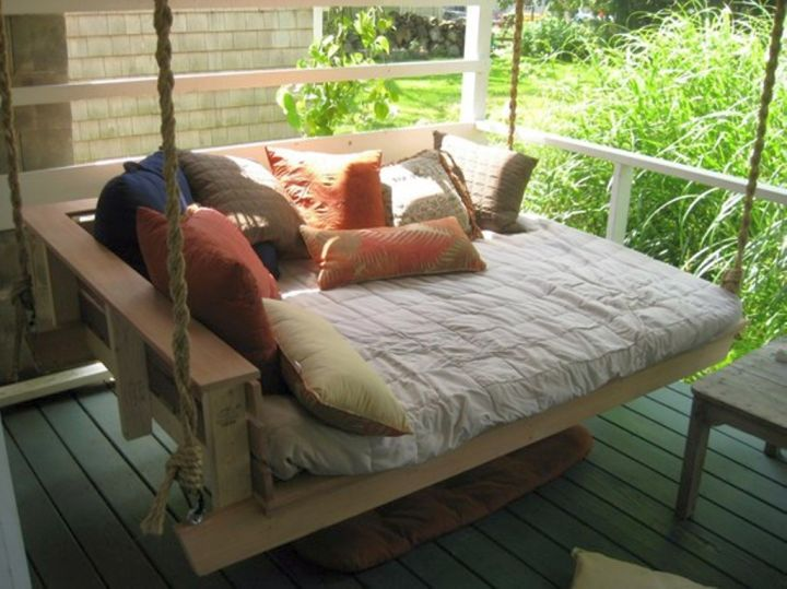18 homely hanging bed designs that will swing you to sleep for Outdoor hanging bed swing