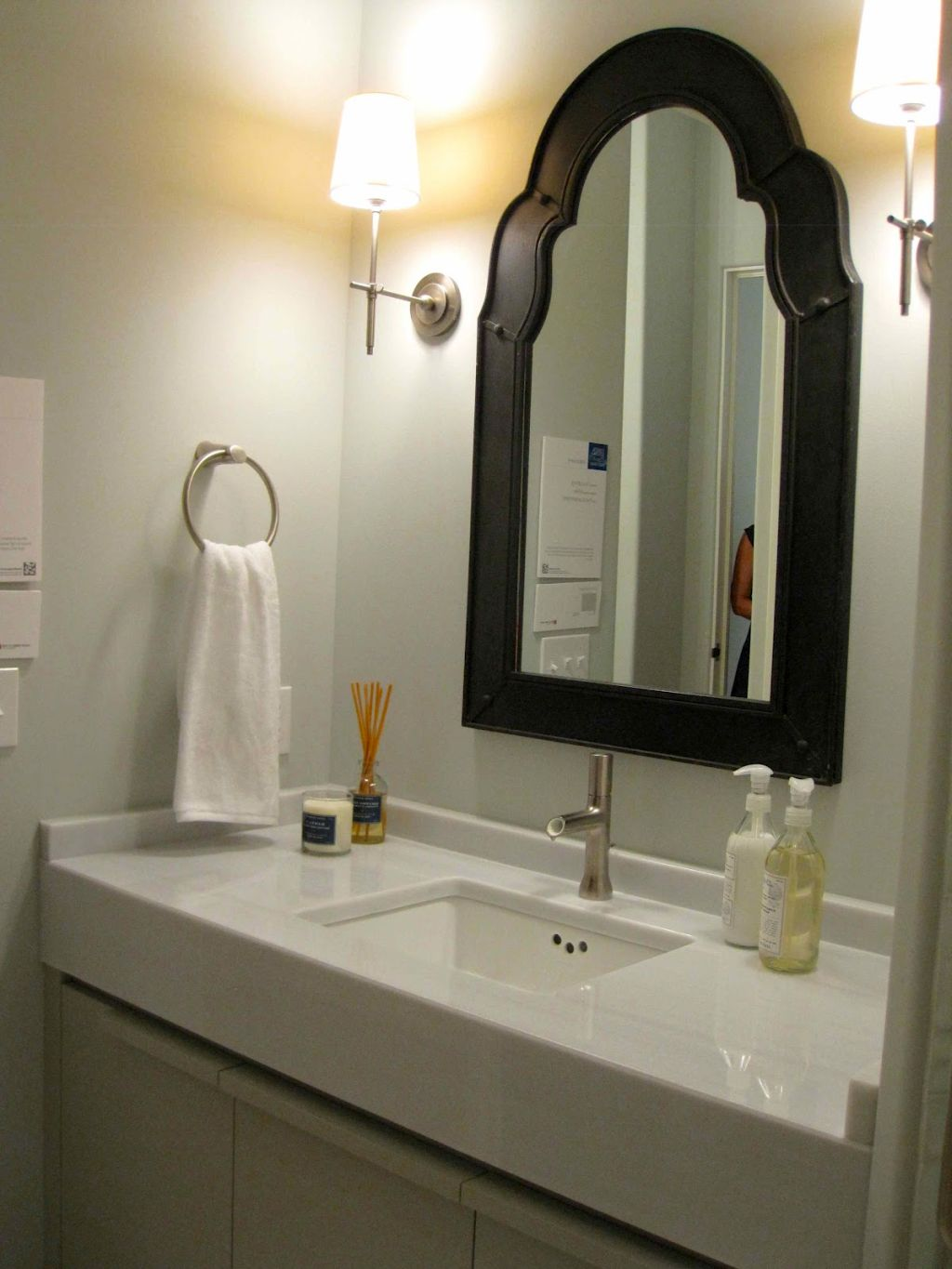 Simple bathroom vanity lighting ideas for single sink for Single vanity bathroom ideas