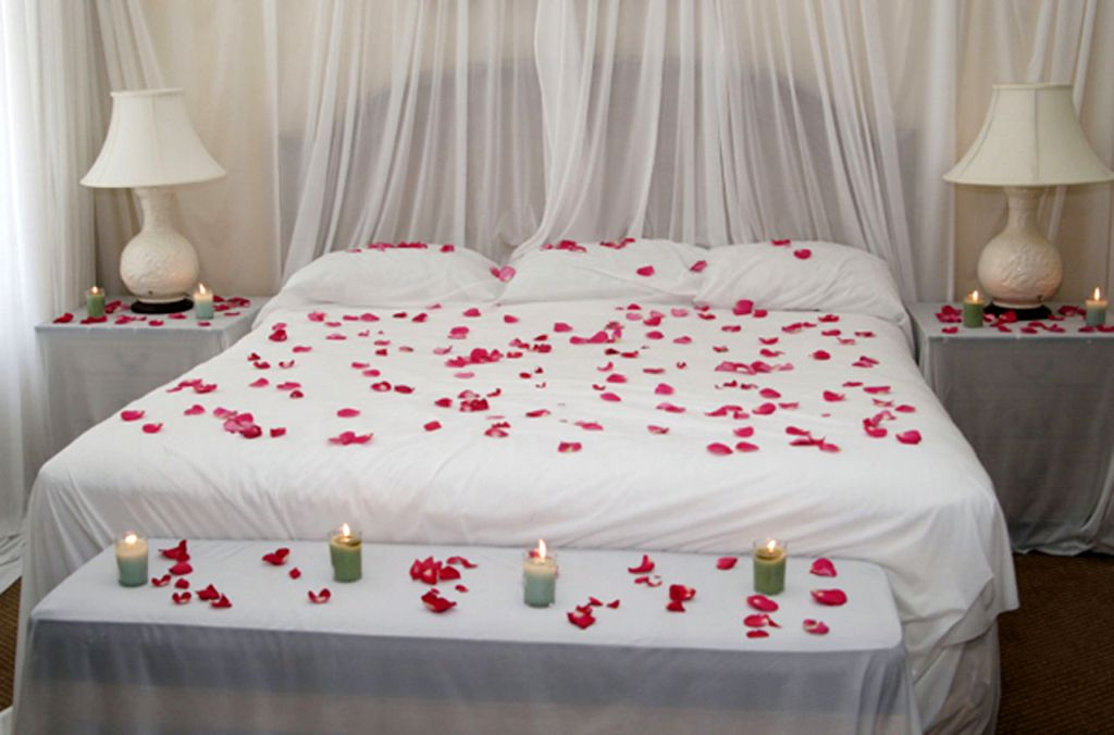 Simple bedroom decoration for valentines day with rose petals for Bed decoration with rose petals