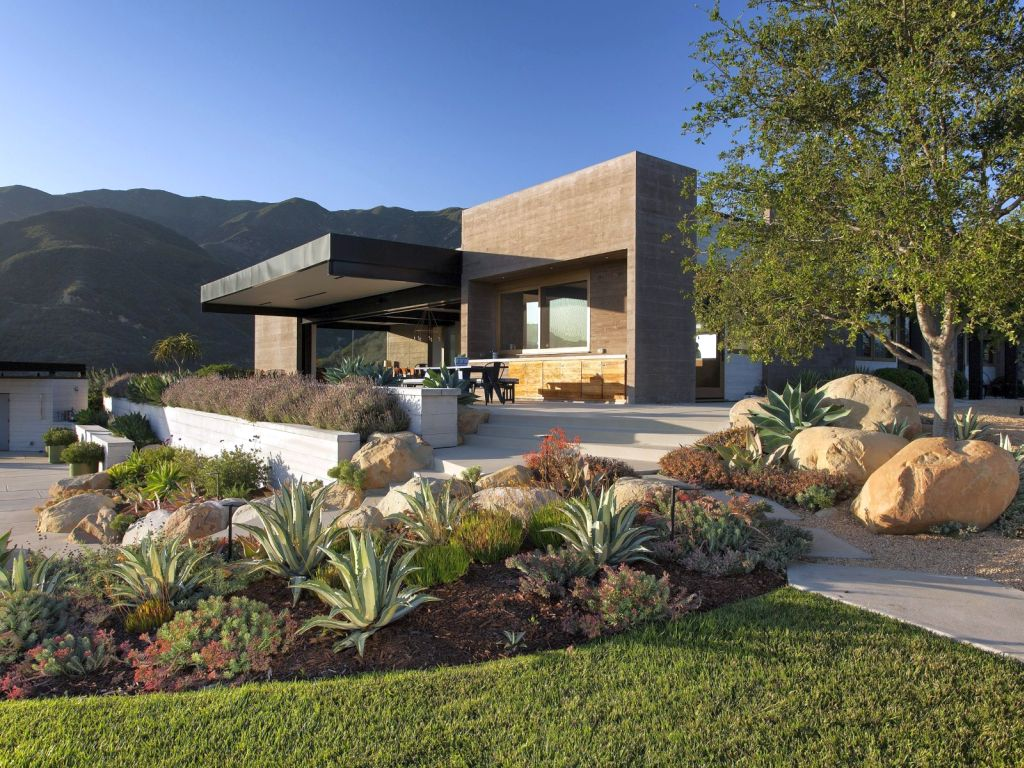 20 landscaping designs with big rocks you must copy for Big house design ideas