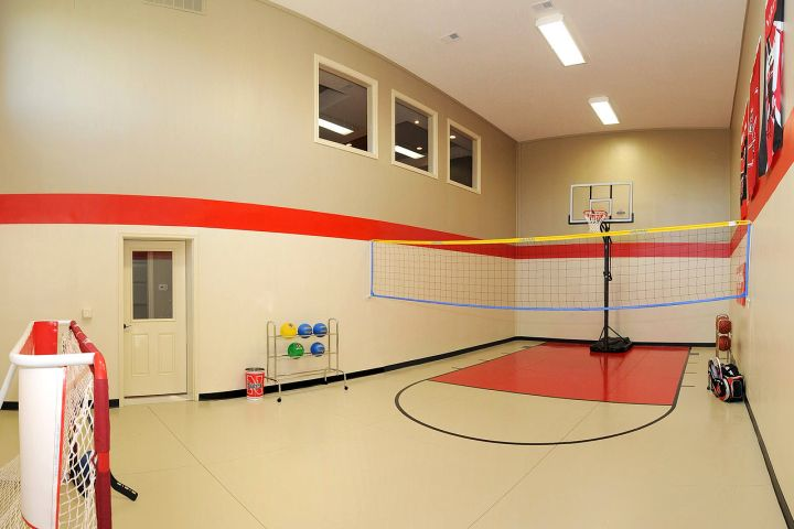 19 modern indoor home basketball courts plans and designs for Home plans with indoor sports court
