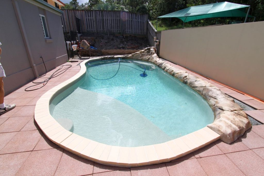 Small kidney shaped swimming pools for narrow yard for Narrow pools