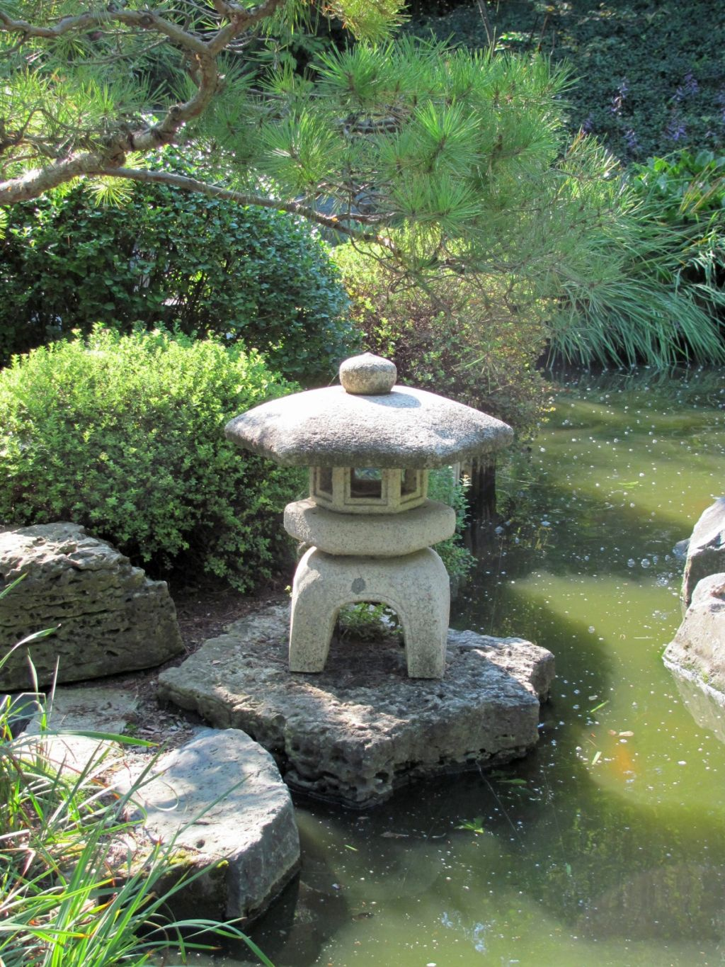 20 lovely japanese garden designs for small spaces for Small backyard garden ideas
