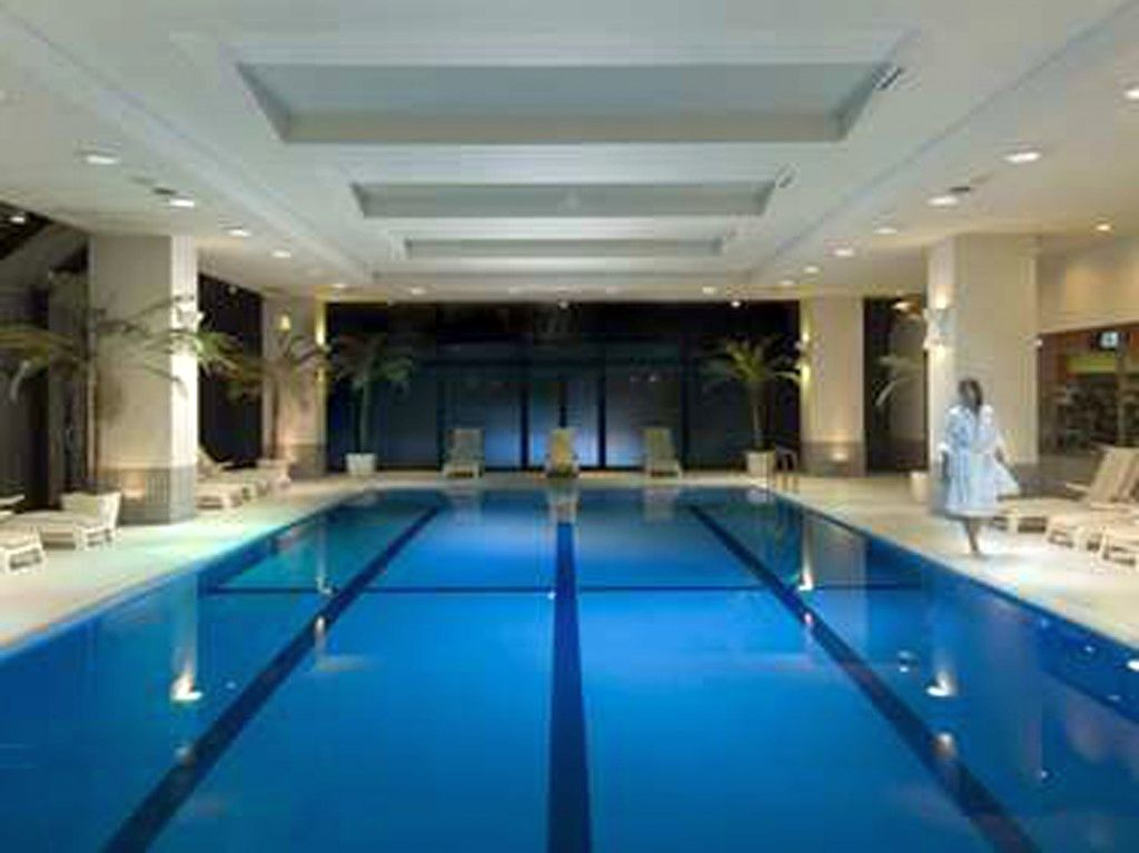 20 niftiest indoor swimming pool designs for Interior swimming pool