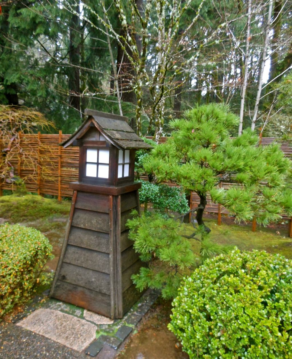 Wood lantern japanese garden designs for small spaces for Japanese garden designs for small gardens