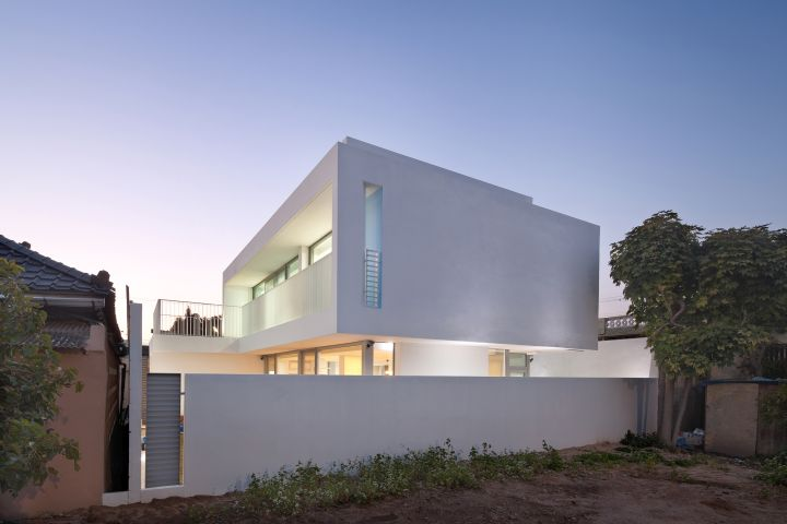 172M2 Compact House from the street