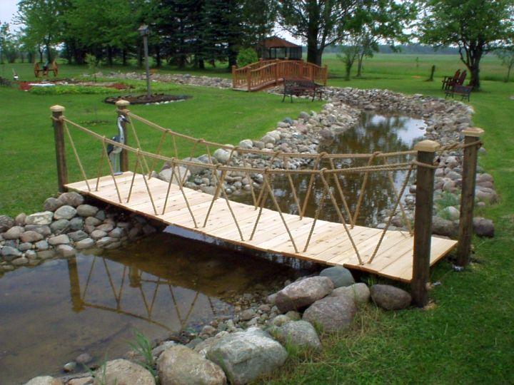 Diy garden bridge with rope railings for Diy rope railing