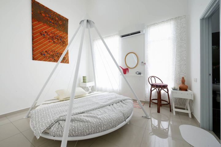 bedroom swings with round bed
