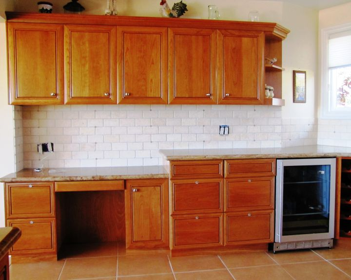 17 most popular kitchen cabinet colors for 2015 for Most popular kitchen cabinet color