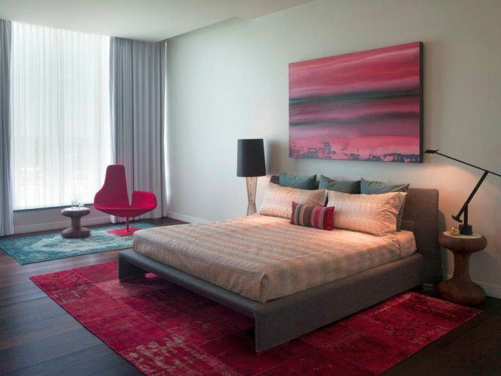 retro bedroom ideas with red rug
