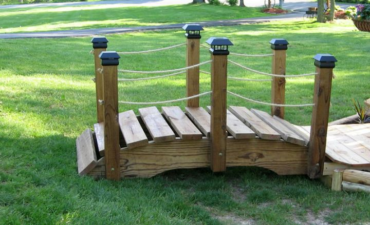 Short diy garden bridge with rope railings for Diy rope railing