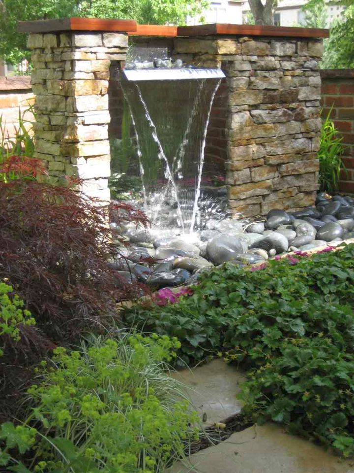 17 modern water feature designs for your garden for Garden designs with water features