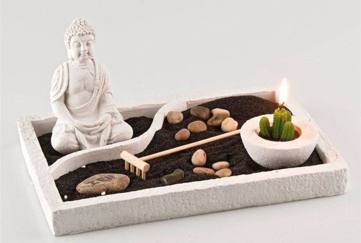Zen style mini japanese garden with black sand and buddha for Kitchen design zen type