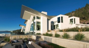 ultramodern lake house side view