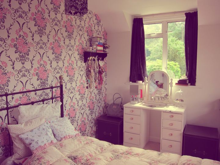 Vintage Bedroom Decoration Ideas With Lovely Wallpaper