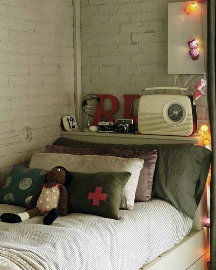 vintage bedroom decoration ideas with old radio