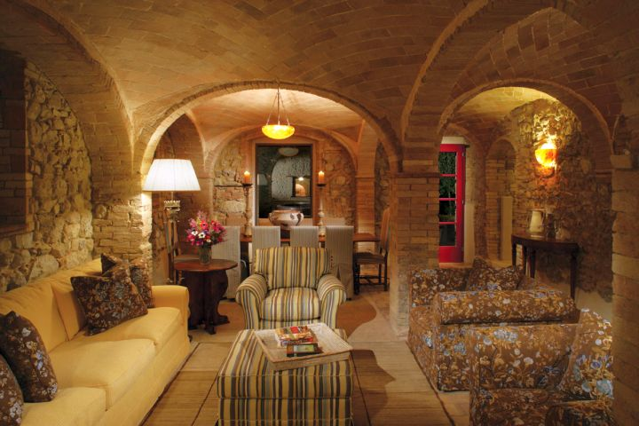 20 awesome tuscan living room designs for Tuscan inspired living room ideas