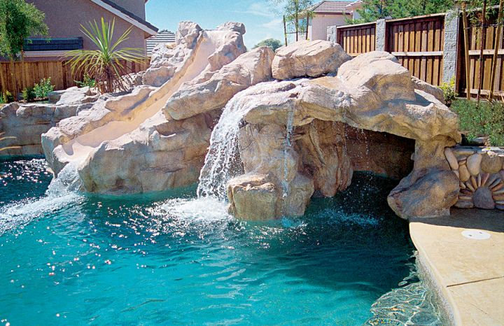 20 exquisite waterfalls designs for pools inground for Piscine a deversement